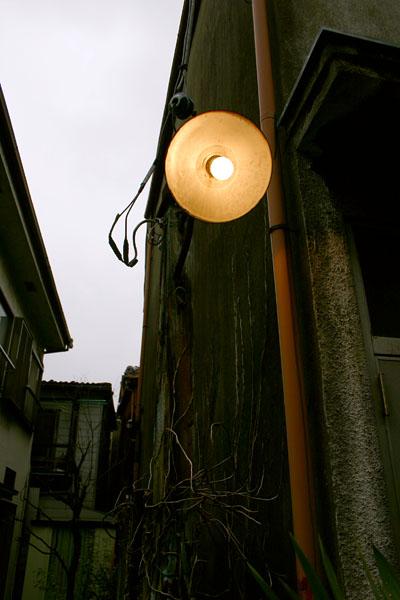 鳩の街路地の電灯.jpg