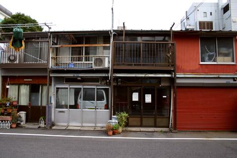 東本願寺参道商店並びの車@西浅草1.jpg